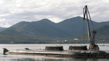 Атомные подводные лодки Челябинск и Омск стоят у причала. Архивное фото