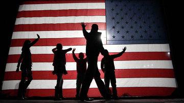 Люди на фоне американского флага. Архивное фото