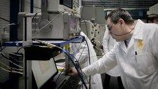Сотрудник настраивает параметры камеры на заводе Концерна ПВО Алмаз-Антей. Архивное фото