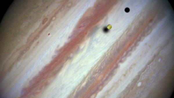 Ио и Европа проходят по диску Юпитера. Справа видна тень Каллисто, расположенной за экраном