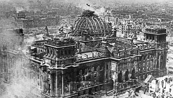 Знамя Победы над рейхстагом в Берлине в 1945 году