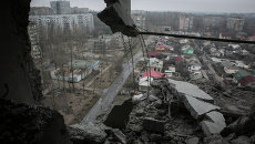 Вид на город Донецк из квартиры, пострадавшей в результате обстрела города. Архивное фото