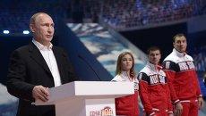 Президент России Владимир Путин выступает перед началом ледового шоу Год после Игр во Дворце зимнего спорта Айсберг, посвященного годовщине открытия XXII Олимпийских игр в Сочи