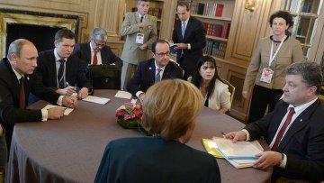 Президент РФ Владимир Путин (слева), президент Украины Петр Порошенко (справа), федеральный канцлер Германии Ангела Меркель (в центре на первом плане) и президент Франции Франсуа Олланд (в центре на втором плане). Архивное фото