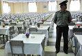 Офицер дежурит в солдатской столовой