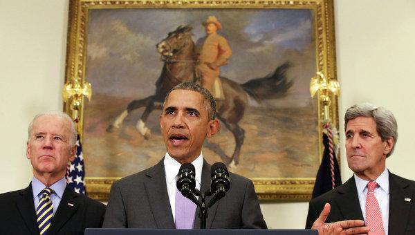 Президент США Барак Обама, вице-президент Джо Байден и госсекретарь Джон Керри во время брифинга в Белом доме. Архивное фото