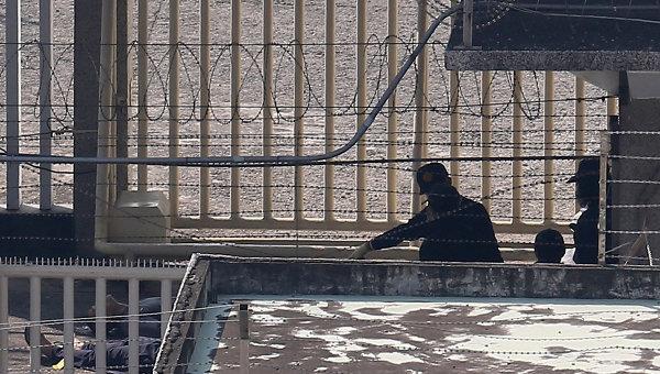 Полицейские в тюрьме на юге Тайваня, где покончили с собой шестеро заключенных. 12 февраля 2015