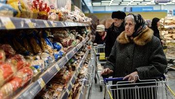 Посетители в гипермаркете. Архивное фото