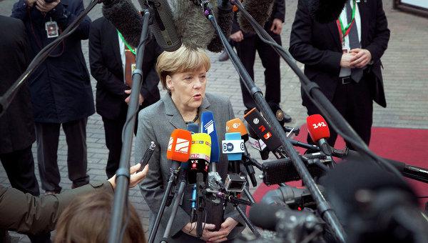 Канцлер Германии Ангела Меркель общается с журналистами перед саммитом ЕС в Брюсселе. Архивное фото
