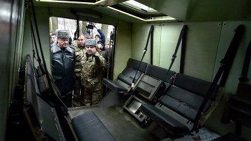 Президент Украины Петр Порошенко и министр обороны Украины Степан Полторак посещают учебный центр Национальной гвардии Украины. 13 февраля 2015