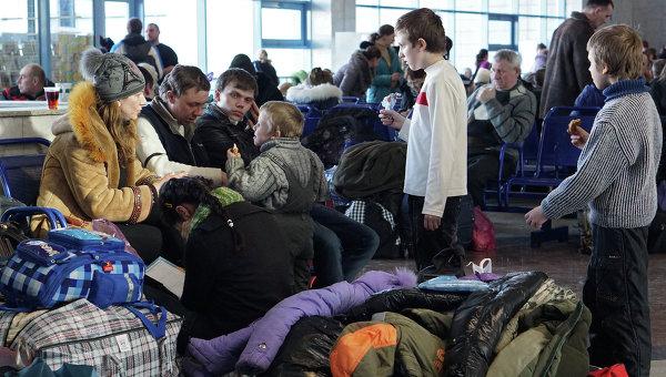 Украинские беженцы на железнодорожном вокзале в Ростове-на-Дону. Архивное фото