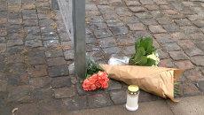 Изрешеченное пулями стекло и цветы на месте стрельбы в Копенгагене