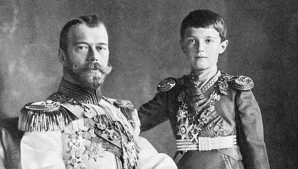 Император Николай II с сыном царевичем Алексеем. Архивное фото