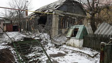 Разрушенный в результате обстрела дом в поселке Октябрьский в Донецке. Архивное фото