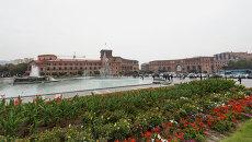 Вид на площадь Республики, слева - здание правительства Республики Армении. архив