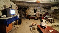 Жители Петровского района Донецка в бомбоубежище