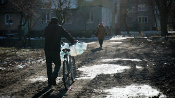 Житель Донецка с бутылками для воды. 17 февраля 2015. Архивное фото
