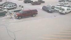 Пенсионер протаранил девять автомобилей на парковке. Съемка камеры слежения