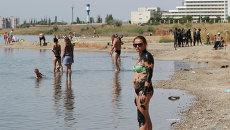 Отдыхающие на Черноморском побережье Крыма. Архивное фото