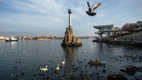 Вид на памятник Затопленным кораблям в Севастополе. Крым