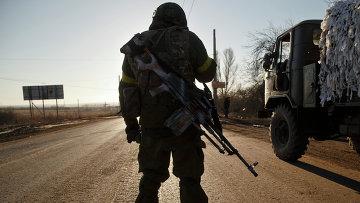Солдат украинской армии на дороге недалеко от Артемовска, Восточная Украина. Архивное фото