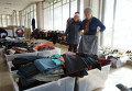 Украинские беженцы подбирают себе одежду в Центре гуманитарной помощи в Ростове-на-Дону