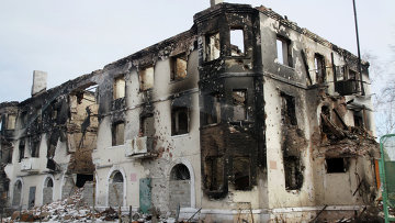 Разрушенное в результате обстрела здание в Углегорске