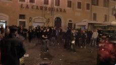 Голландские футбольные фанаты забросали пустыми бутылками площадь в Риме