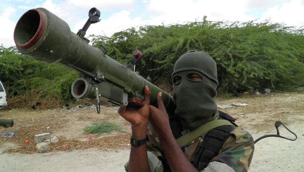 Член группировки Аш-Шабаб во время тренировки на севере Могадишо, Сомали. Архивное фото