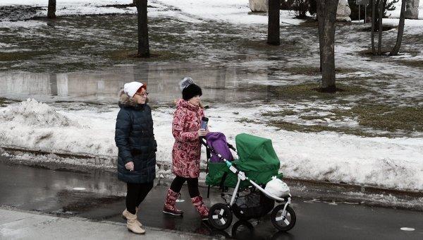 Прохожие в парке Музеон в Москве