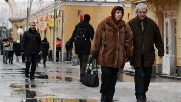 Прохожие на Гоголевском бульваре в Москве. Архивное фото