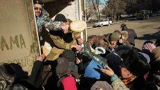 Ополченцы ДНР привезли гумпомощь жителям Дебальцево