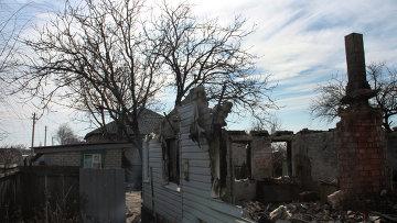 Разрушенный в результате обстрелов частный дом в городе Дебальцево. Архивное фото