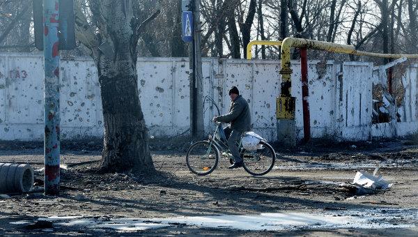 Житель одного из поселков рядом с Донецком. Архивное фото