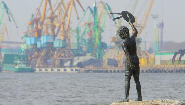 Памятник мальчику с бескозыркой и собакой, который провожает корабли в морском грузовом порту Клайпеды. Архивное фото