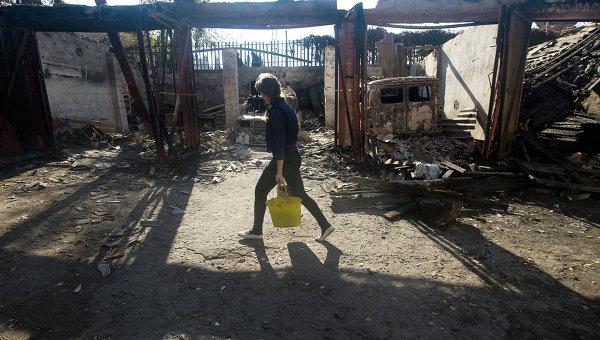 Женщина несет ведра с водой в селе под Луганском. Архивное фото