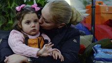 Тяжелобольные дети из Донбасса, прибывшие на лечение в Москву в аэропорту Внуково