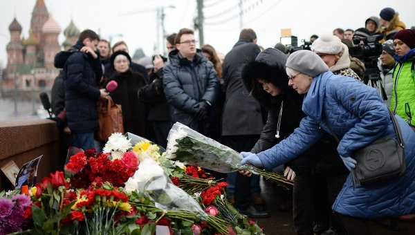 Горожане возлагают цветы на месте убийства политика Бориса Немцова