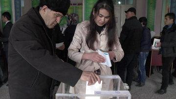 Жители принимают участие в голосовании на парламентских выборах на избирательном участке в Душанбе