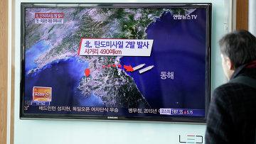 Житель Сеула смотрит по телевизору выпуск новостей о запуске двух баллистических ракет с территории КНДР
