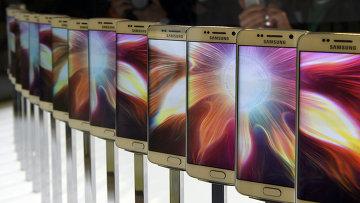Смартфон Galaxy S6 на презентации Samsung в Барселоне. Архивное фото