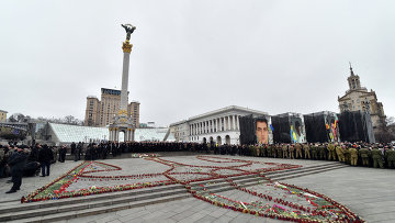 Жители Киева на площади Независимости во время памятных мероприятий, посвященных годовщине событий на Майдане