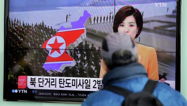 Житель Сеула смотрит по телевизору выпуск новостей о ситуации в КНДР, архивное фото
