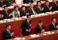Премьер Госсовета КНР ЛИ Кэцян (стоит)
