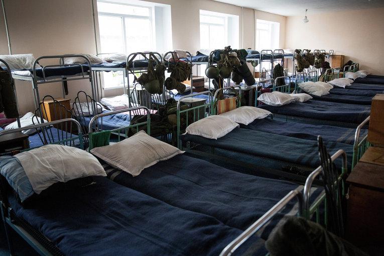 Кровати в казарме ополченцев в штабе батальона Кальмиус в Донецке