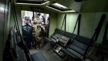 Президент Украины Петр Порошенко осматривает британский броневик Saxon