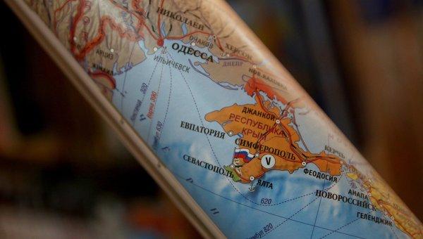 Свернутая в рулон карта Европы. Архивное фото