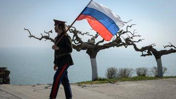 Водружение флага на гору Митридат в Керчи. Архивное фото