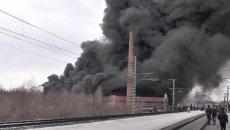 Клубы густого темного дыма поднялись над горящим ТЦ Адмирал в Казани
