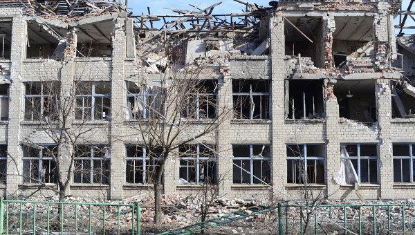 Разрушенная в результате обстрелов школа в селе Никишино, Донецкая область. Архивное фото
